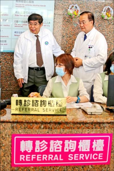 健保部分負擔新制昨日上路,健保署署長李伯璋(後左)前往新光醫院了解電子轉診資訊平台就醫的流程。(中央社)