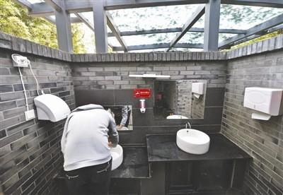 中國四川成都4月展開「廁所革命」改善公廁服務,成都人民公園創下了令人尷尬的「紀錄」,7天就消耗掉1500捲廁所衛生紙。(圖取自《成都商報》)
