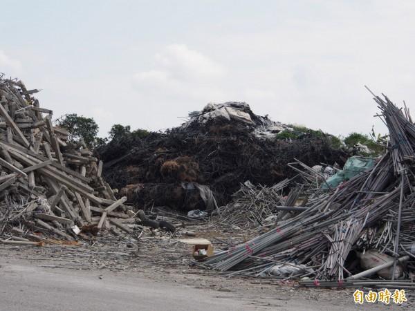 尼伯特風災重建所產生的農業廢材迄今仍堆置在台東市建農掩埋場。(記者王秀亭攝)