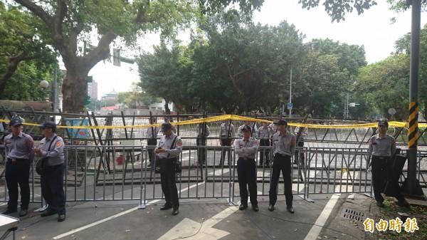 總統官邸在329年金改革抗議活動時,周邊都被拒馬層層包圍。(資料照,記者王冠仁攝)