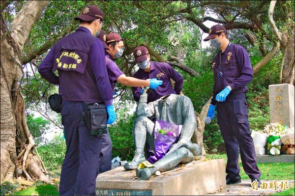 烏山頭水庫八田與一雕像驚傳遭人「斷頭」,警方鑑識人員到場仔細勘驗。(記者王涵平攝)
