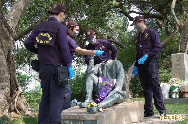 烏山頭水庫八田與一雕像驚傳遭人「斷頭」,警方鑑識人員到場仔細勘驗。(資料照,記者王涵平攝)