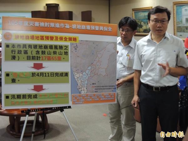 高市水利局長蔡長展(右一)說明坡地崩塌預警機制與清查結果。(記者王榮祥攝)