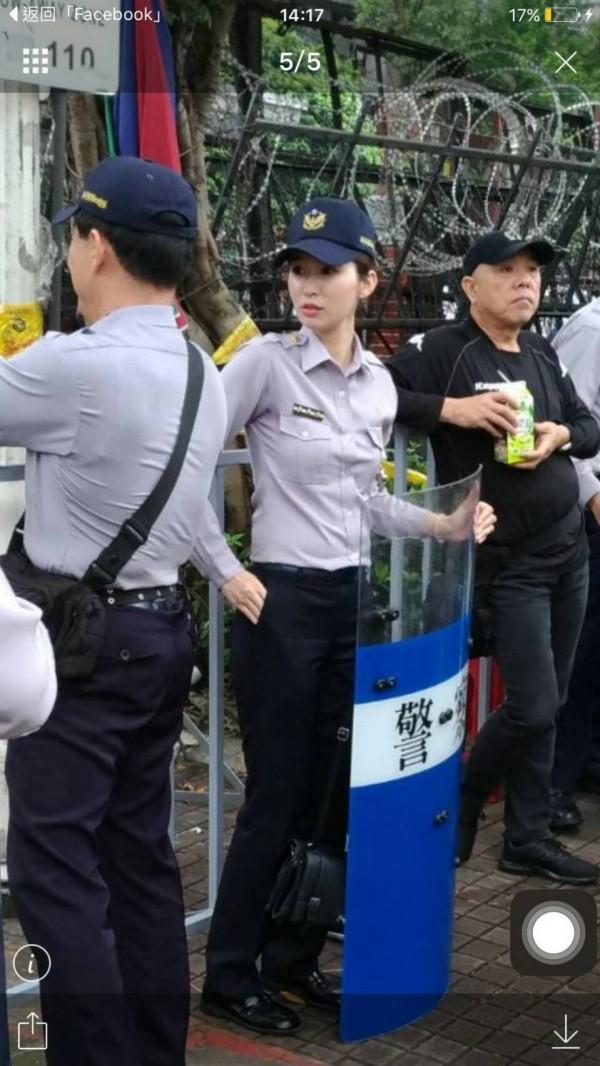 保四總隊羅姓女警支援勤務,意外成為嬌點。(記者王冠仁翻攝)