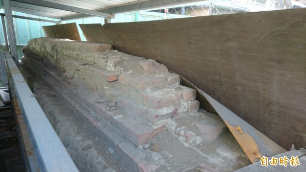 台灣府考棚遺構目前暫時被保存在建案工地內。(記者劉婉君攝)