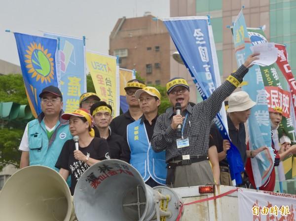 反年改團體自監察院陳情完畢,走至立院群賢樓外抗議。(記者黃耀徵攝)