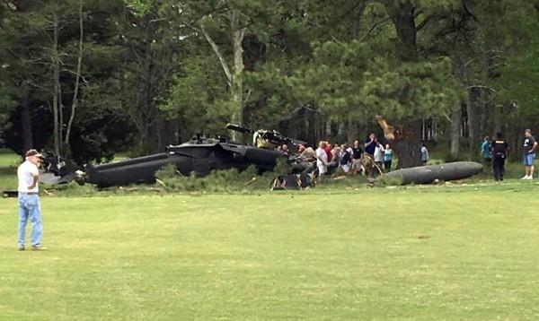 美軍一架載有3名機組人員的UH-60黑鷹直升機,於當地時間17日墜毀在馬里蘭州的一處高爾夫球場,造成機組人員1死2傷。(美聯社)