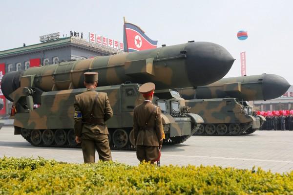 南北韓情勢緊張,圖為北韓閱兵時展示的飛彈。(路透)