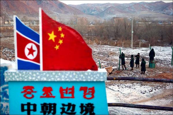 日本媒體報導,中國擔心美國攻擊北韓化武設施,將導致輻射或化學物質擴散,在與北韓交界的東北地區採廿四小時緊急待命態勢。圖為隔著圖們江與北韓相望的中國吉林省圖們市。(美聯社檔案照)
