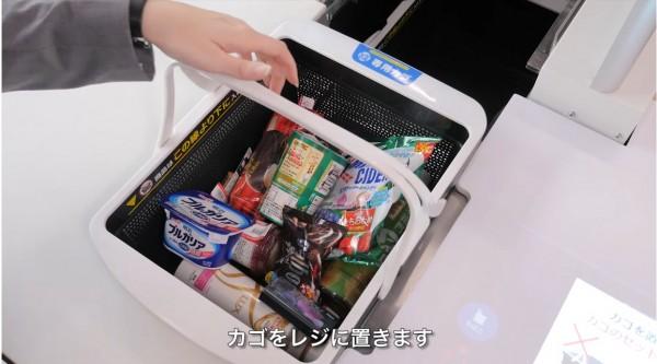 日本5家大型連鎖超商將在2025年以前全面引進「自動化收銀機」,消費者未來只要把商品放到購物籃和袋子內,放到專用的收銀機內,就可以完成結帳。圖為LAWSON現行使用的自動收銀系統。(圖擷取自YouTube)