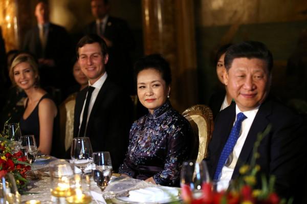「川習會」當日,伊凡卡(左1)與其夫婿庫希納(左2)與習近平夫婦(右1、2),在川普豪宅鄰座共享晚宴。(路透)