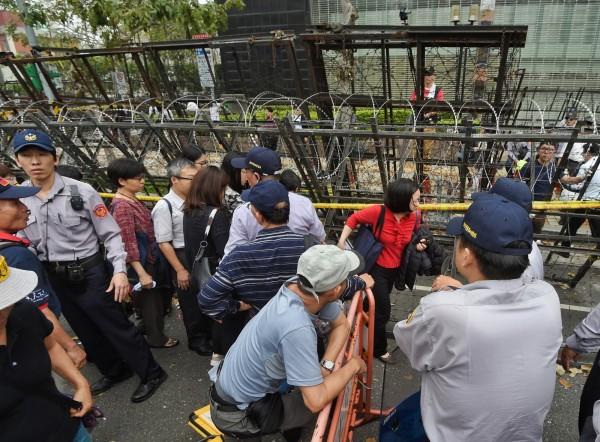 立院前聚集了許多反對年金改革的抗議群眾,大批警力及拒馬的佈署,防止現場的衝突擴張。(記者方賓照攝)
