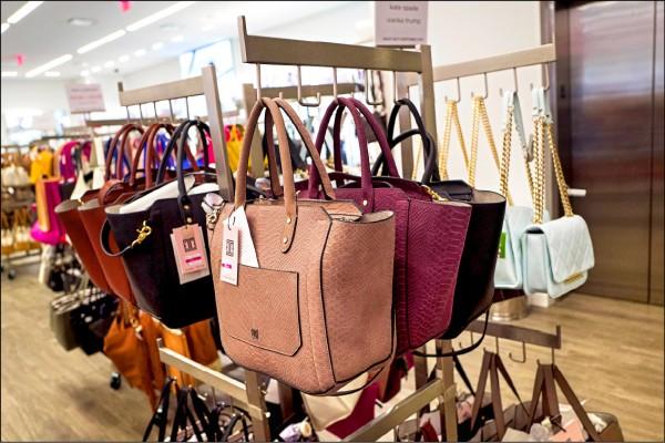 圖為紐約市百貨公司展示的伊凡卡品牌手提包。(法新社檔案照)