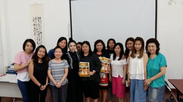 華語教學能力認證考試簡章今天出爐,累計已有3866人獲認證,照片是華語教師何素月(左三穿橫條紋者)在印尼泗水台校授課情形。(圖由教育部提供)