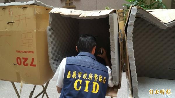 警方說,詐騙機房成員以隔音棉、紙箱、桌子等物品,劃分工作區域。(記者丁偉杰攝)
