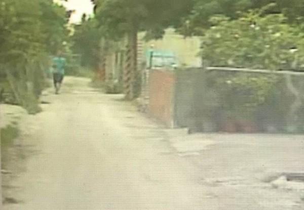偵防車在小路發現落單的暴力集團王姓成員,王男也發覺被警方盯上。(記者湯世名翻攝)