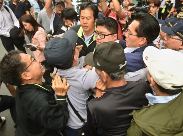 反年改群眾昨日包圍立法院,並且出手攻擊多位前往立院開會的官員們。圖為民進黨籍立委蔡易餘遭抗議群眾推擠。(資料照,記者方賓照攝)
