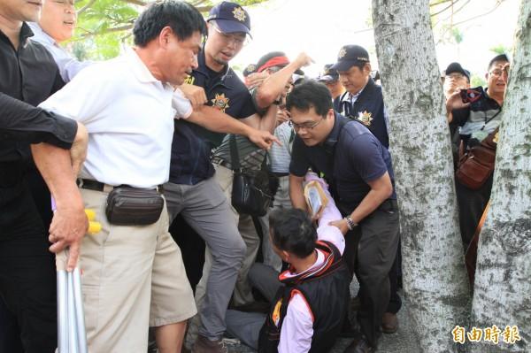 吳萬固14日到彰化縣府抗議,被警方帶離,過程中跌倒在地。(資料照,記者張聰秋攝)
