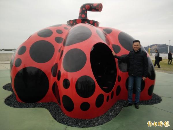 新竹市長林智堅參訪日本直島,圖為草間彌生知名的南瓜造型裝置藝術。(記者傅潮標攝)