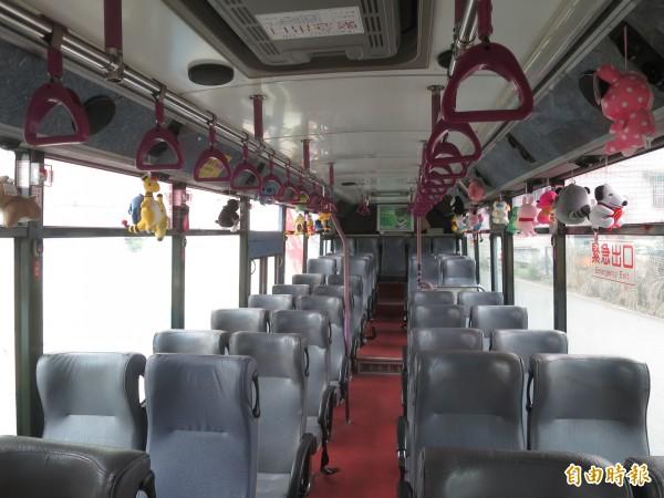 南投總達客運有司機在公車內布置娃娃玩偶,琳瑯滿目的娃娃讓乘客直呼好療癒。(記者劉濱銓攝)