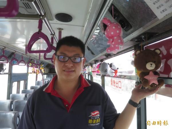 南投總達客運司機陳泳程與部分同事在各自公車內布置娃娃玩偶,琳瑯滿目的娃娃讓乘客直呼好療癒。(記者劉濱銓攝)