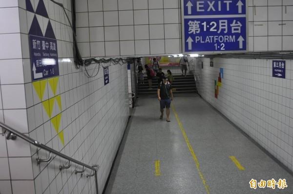 網友認為,中壢火車站運輸量高,但是卻又小又髒又臭。(資料照)