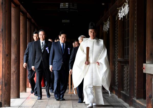 日本跨黨派國會議員聯盟「大家一起參拜靖國神社國會議員會」,今日上午集體參拜靖國神社舉行的春季例行大祭。(法新社)