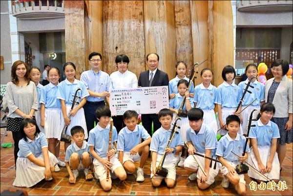代理縣長吳澤成(中著西裝者)頒獎表揚獲獎隊伍,並稱許宜蘭已成音樂大縣。(記者游明金攝)
