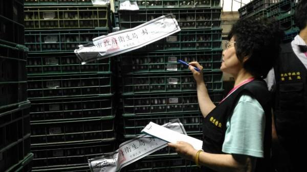 新北市衛生局追查疑似遭戴奧辛污染的蛋品,在新北市意昌蛋行共封存九百六十公斤。(新北市衛生局提供)