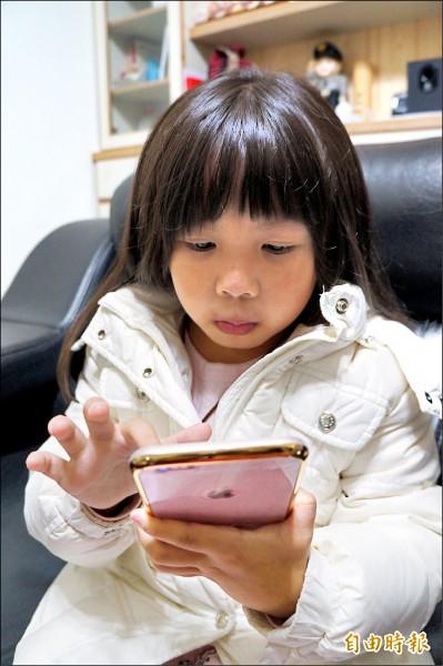 ▲或許和孩子約定3C產品的使用時間等規範,可以避免孩子沉迷於網路世界;圖為情境照,圖中人物與本文無關。(記者蔡宗勳攝)