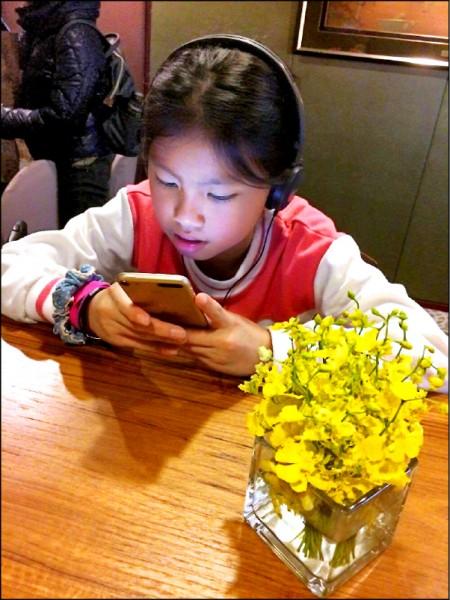 ▲研究發現,孩子很容易被智慧型手機或是平板電腦吸引;圖為情境照,圖中人物與本文無關。(照片提供/黃師堯)