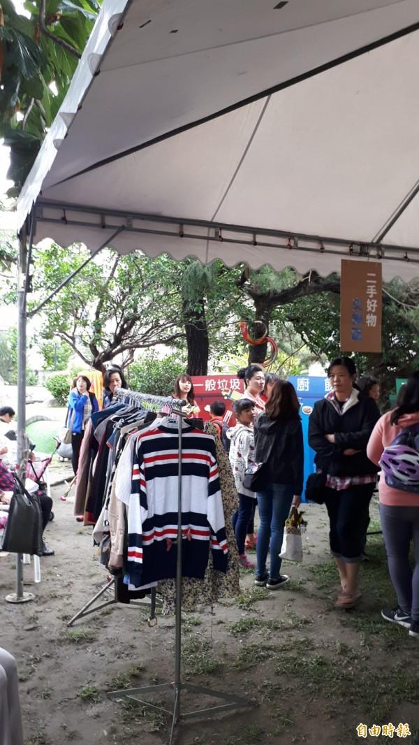 台東縣長公館賣二手衣物。(記者黃明堂攝)