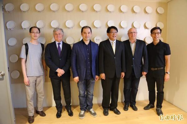 指揮界巨星圖岡.索契夫(左3)今天率法國國家土魯斯管弦樂團,在屏東演藝廳演出,團員中還有在台灣出生的屏東囝仔中提琴手陳均源(左1)。(記者邱芷柔攝)