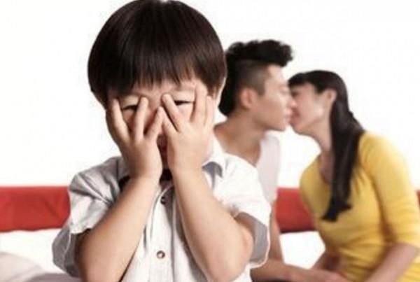 心理諮商師指出,如果孩子沒有「性行為」的概念,可以不用解釋,如果孩子已經知道什麼是「性行為」,建議可以找時間解釋。(圖取自網路)