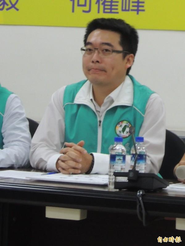 高市議員邱俊憲第一次被議員質詢,笑著搖頭回應。(記者王榮祥攝)