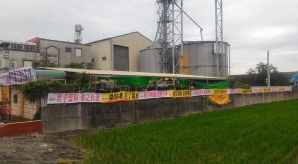 養豬場長期排放惡臭,當地居民不滿,在養豬場周邊懸掛抗議布條。(記者陳冠備翻攝)