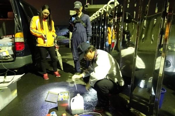 檢警半夜突襲,在養豬場外溝渠發現業者偷排污水。(記者陳冠備翻攝)