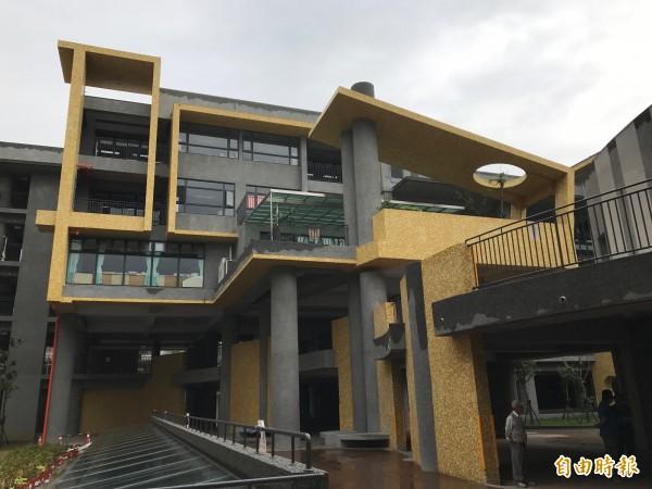 新北市府斥資逾六億打造積穗國小新校舍,黃、灰色調的樓層設計,有如「變形金剛」裡的大黃蜂,讓校園氣氛變得活潑繽紛。(記者張安蕎攝)