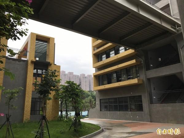 改建後的積穗國小,擁有寬敞的走廊與遮雨棚,成為校園的最佳活動空間,且開放給社區團體申請使用。(記者張安蕎攝)