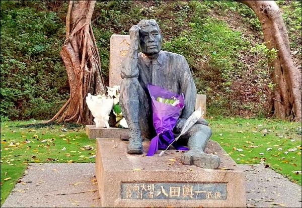 台南烏山頭水庫的八田與一銅像,斷頭一度被擺回,有遊客拍到斷頭還在銅像上,可看到切割的痕跡。(資料照,記者楊金城翻攝)