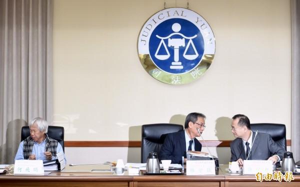 全國司改國是會議第二組第五次會議24日於司法院舉行,會議召集人林子儀(中)會前與委員許宗力(右)交換意見。左為會議副召集人何飛鵬。(記者羅沛德攝)
