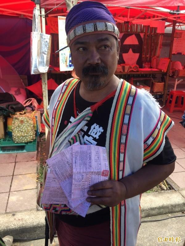 原民團體在凱達格蘭大道駐紮抗議《原住民族土地或部落範圍土地劃設辦法》,至今超過兩個月,也陸續收到7張罰單。(記者吳柏緯攝)