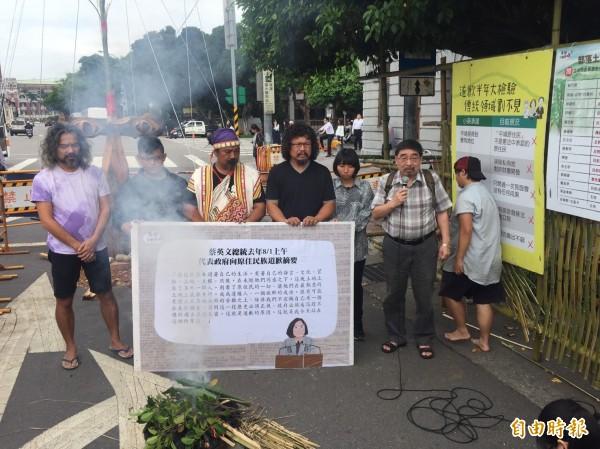 原民團體在駐紮點前升起狼煙,代表向祖靈控訴蔡英文政府不願正面回應,也不承認原民的傳統領域。(記者吳柏緯攝)