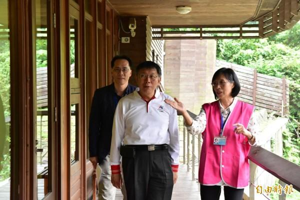 台北市長柯文哲今參訪北市圖北投分館。(記者張議晨攝)