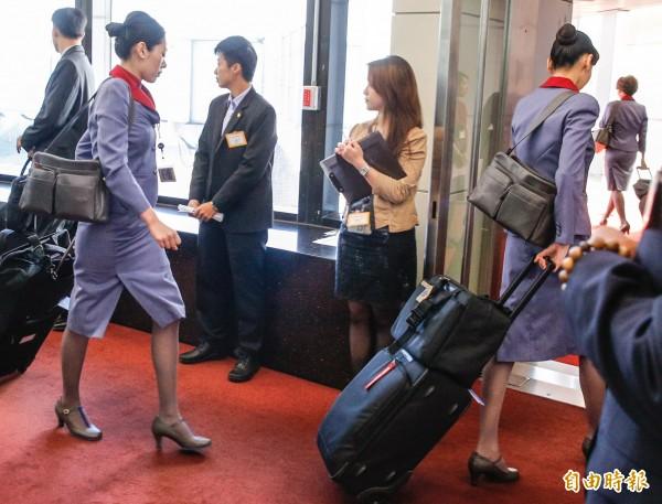 華航空服員罷事件中,10名空服員因總統出訪照常出勤,事後遭到工會除名,空服員提出訴訟後一審敗訴。(資料照,記者朱沛雄攝)