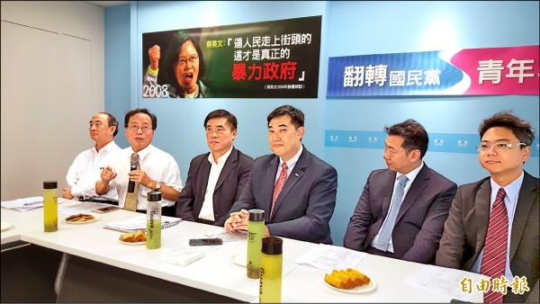 國民黨主席候選人郝龍斌(左三)、李來希(左二)等人昨為四一九脫序抗爭人士喊冤。(記者施曉光攝)