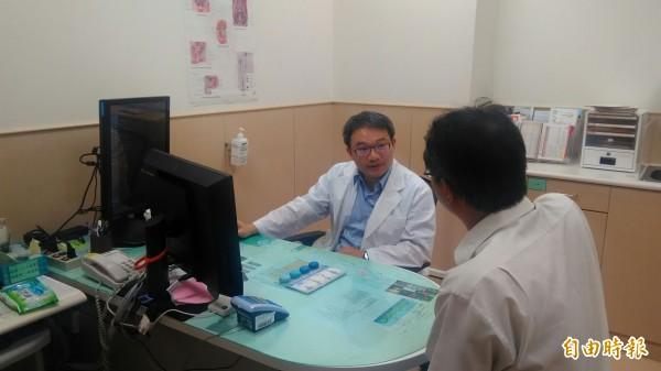 台南市立安南醫院泌尿科主任陳億聲醫師(左)表示,中老年男女須保健泌尿系統,尿得好才能活得好。(記者王俊忠攝)