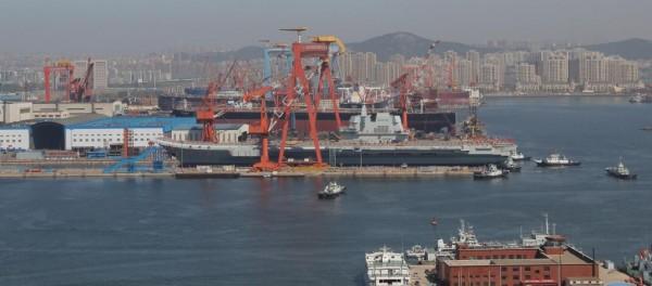 中國首艘國產航母今日舉行下水儀式,上午9時左右剪綵後進行「擲瓶禮」後,在拖曳牽引下緩緩移出船塢。(圖擷自《觀察者網》)