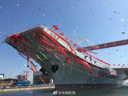 中國首艘自製航空母艦今日上午在東北大連造船廠,正式舉行下水儀式。(圖擷取自央視新聞)