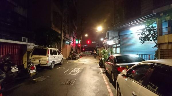 許男在新店區百忍街66巷口遭埋伏攻擊。(記者陳薏云翻攝)